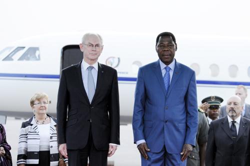 Exécution des hymnes de l'UE et du Bénin
