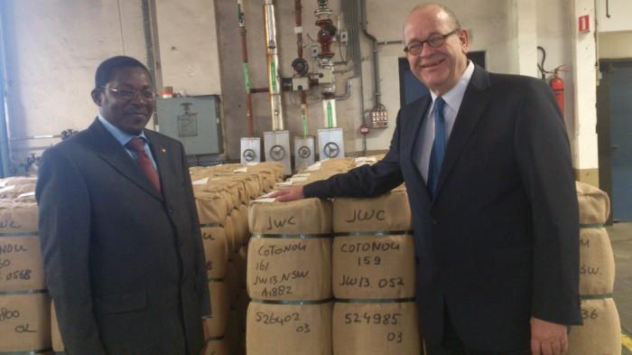 Le Ministre et le PDG du Groupe Vlisco au magasin d'entreposage de l'usine Vlisco à Helmond