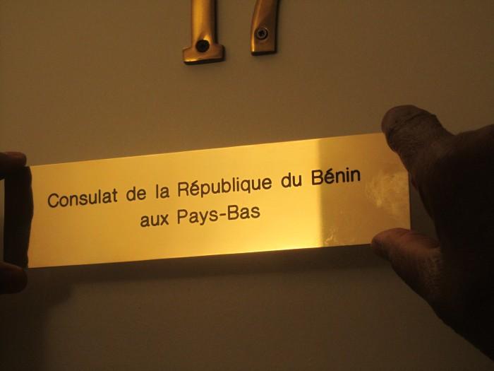 Plaquette d'identification du nouveau Consulat honoraire du Bénin à La Haye