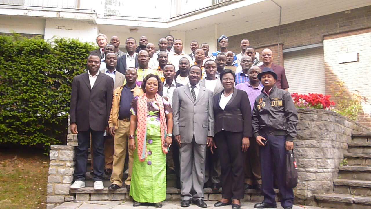Photo de famille de l'Ambassadeur avec les élèves inspecteurs stagiaires