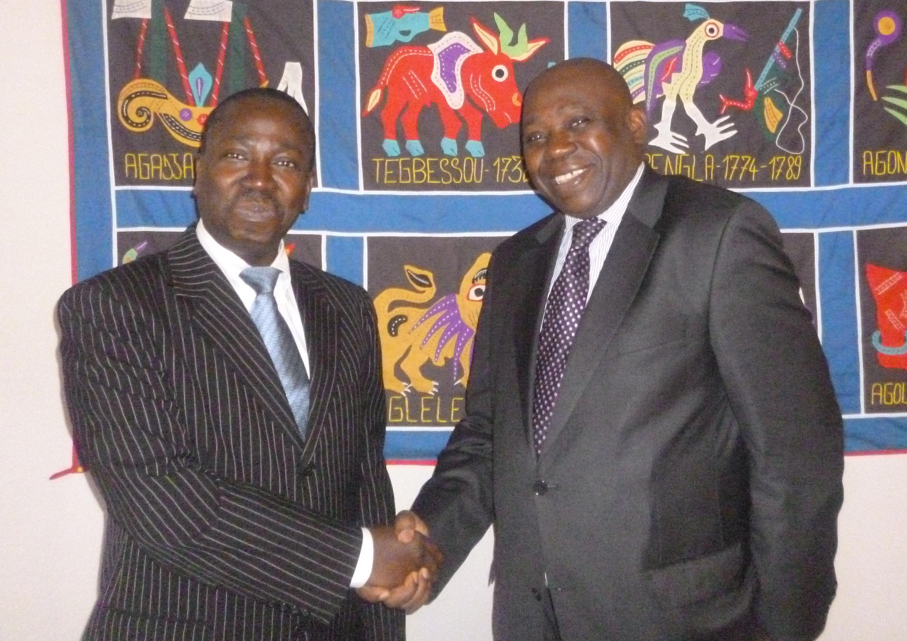 Poignée de main entre l'Ambassadeur et le SG ACP