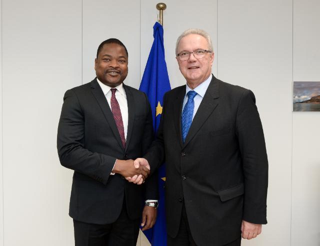 Poignée de main entre le Ministre KOUTCHE et le Commissaire MIMICA2
