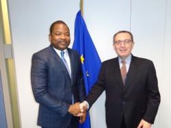 Poignée de main entre le Ministre et Monsieur Manservisi