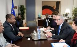 Séance de travail entre les deux délégations dans le bureau du Commissaire