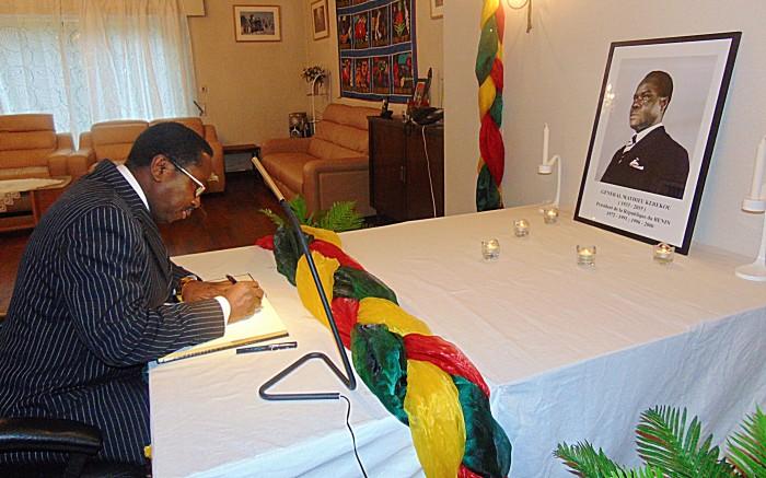 Signature du livre de condoléances par l'Ambassadeur 2