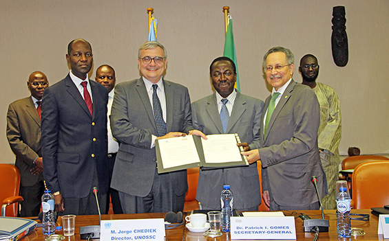 Photo signature de convention de partenariat entre le Groupe ACP et le Bureau des Nations Unies pour la coopération Sud-Sud