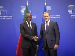 Poignée de main entre le Chef de l'Etat et le Président du Conseil européen, M. Donald Tusk