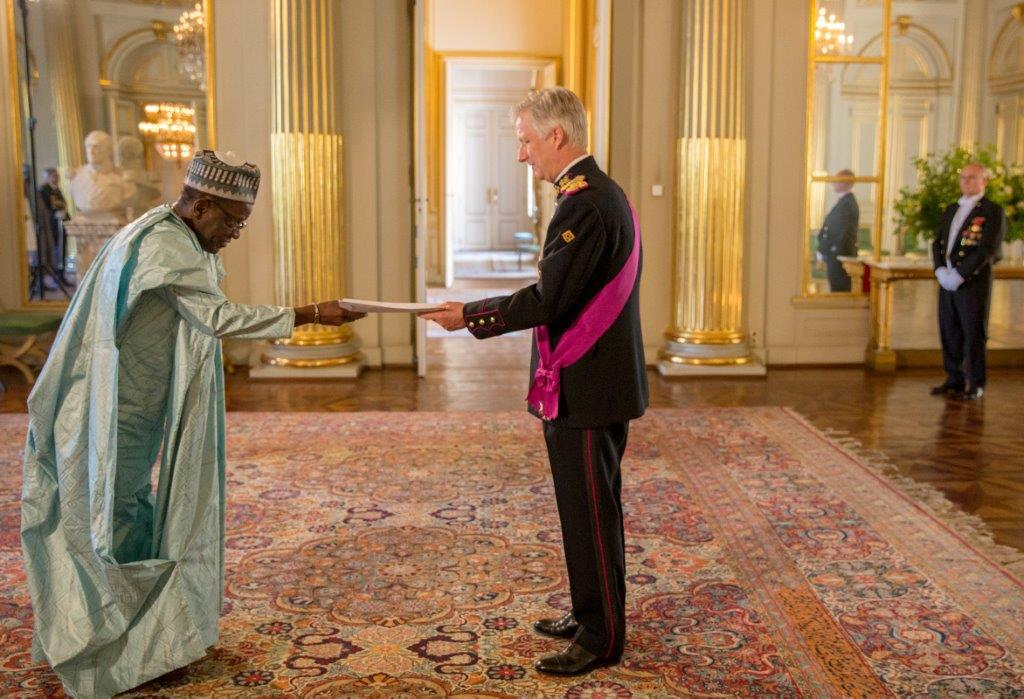 L'Ambassadeur AKPLOGAN remettant ses lettres de créance à Sa Majesté Philippe, Roi des Belges