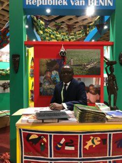 L'Ambassadeur devant le stand du Bénin
