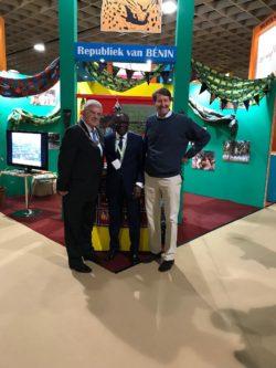 L'Ambassadeur, le Consul honoraire et le Maire d'Utrecht devant le stand du Bénin