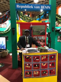Le Chef de la Mission Commerciale devant le stand du Bénin